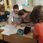 старшие ученики передают опыт новым ученикам по обучению в физико - математической школе
